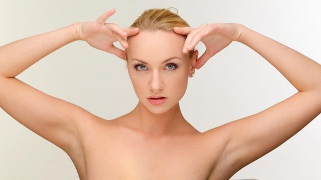 脇毛脱毛できれいになったワキを見せる女性
