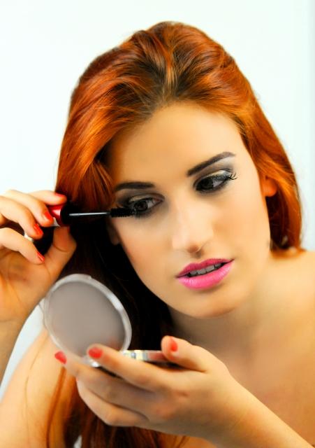 顔脱毛を終えてメーキャップする女性