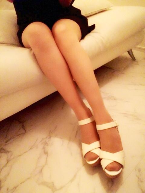 脱毛した足を見せる女性