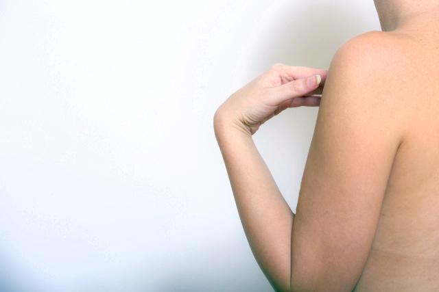 腕脱毛した女性の左腕