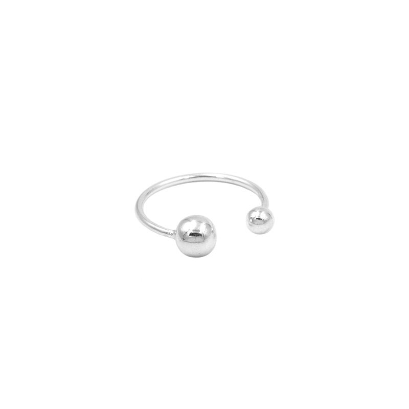 anillo abierto en plata de ley decorado con dos bolitas de estilo ajustable