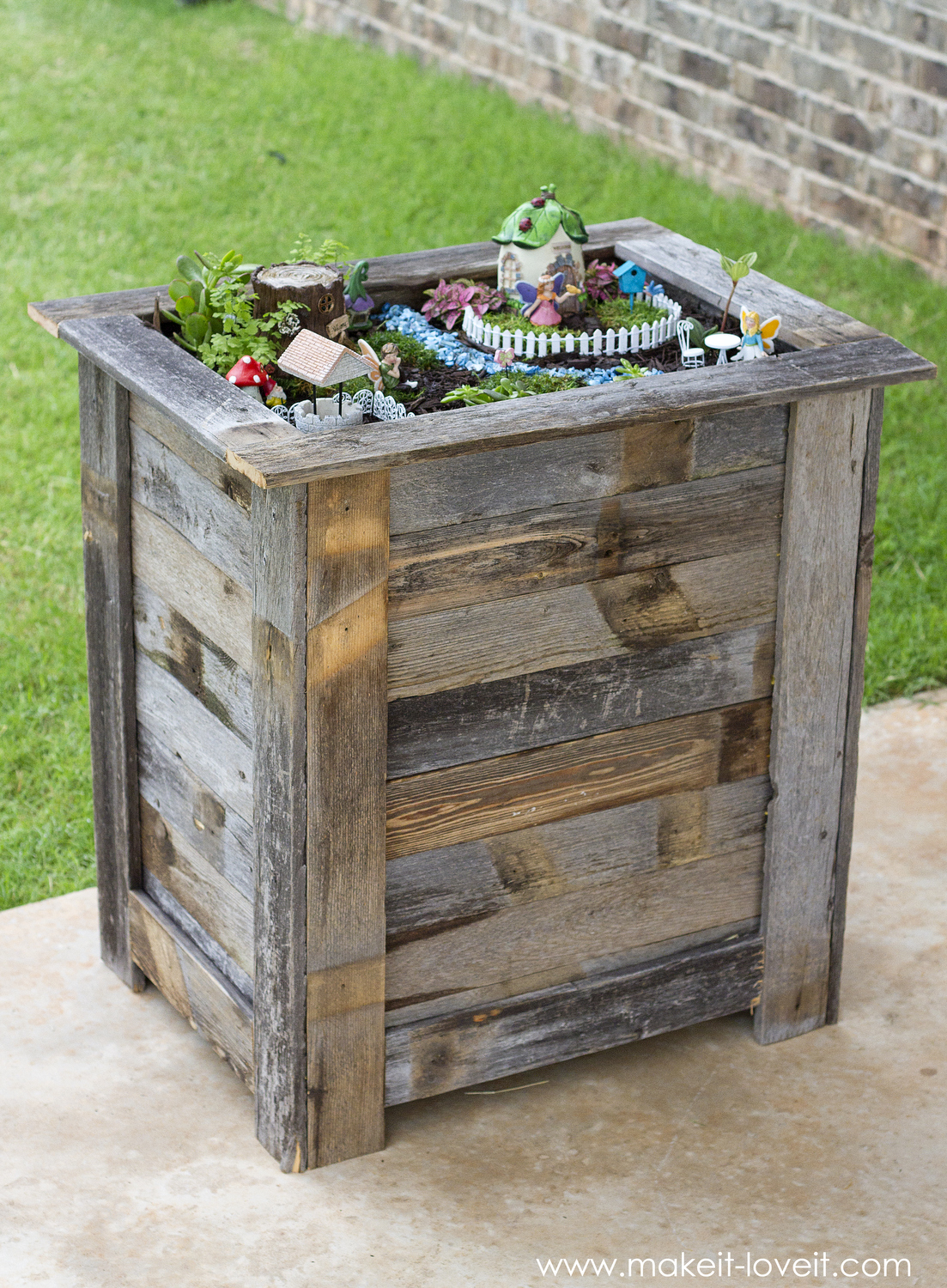 DIY Reclaimed Wood Planter Box for an upright Fairy Garden | www.makeit-loveit.com
