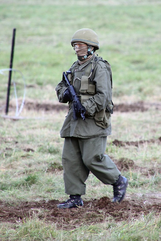 DPL771 : (Green man) A Gurkha soldier dressed in green with no badges and face mask - simulating the Spetznaz forces who arrived in Crimea in 2014. Picture:- Bob Morrison/Defence Picture Library