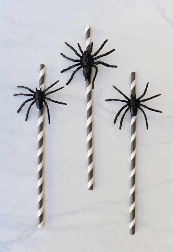 easy spider straws you can make in 5 minutes for Halloween