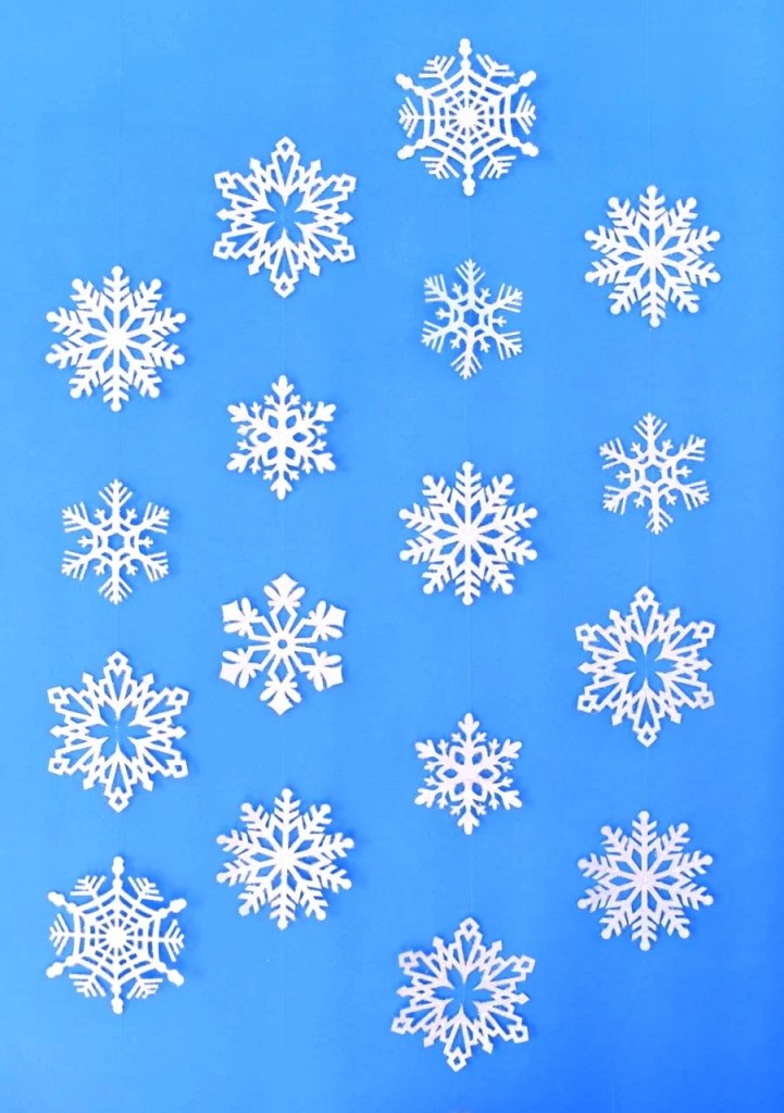 Snowflake hanging decorations tutorial. Make these beautiful glitter snowflakes for an inexpensive holiday decoration!