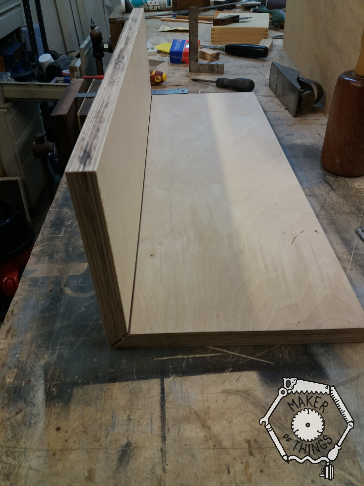 Two 18mm plywood boards hinged together in a 90⁰ angle with hinges inside the 45⁰ mitre joint.