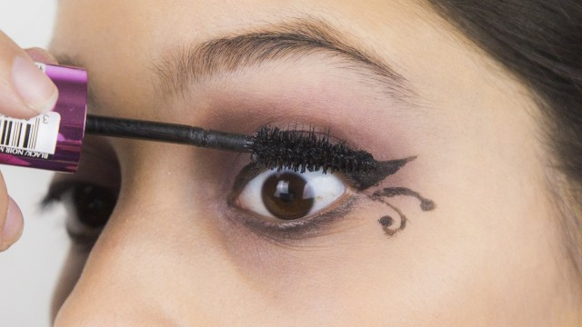 How To Apply Eye Makeup With Pictures 3 Ways To Apply Gothic Eye Makeup Wikihow