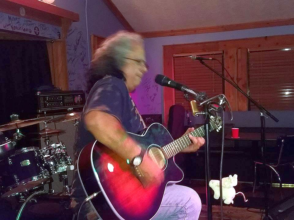 "<a class=""amazingslider-posttitle-link"" href=""http://www.makingascene.org/bobby-messano-darwins-sandy-springs-ga-august-11/"" target=""_blank"">Bobby Messano at Darwin's in Sandy Springs GA,  August 11</a>"