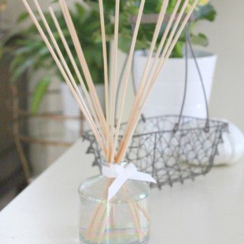 DIY Reed Diffuser for Fall :: making it in the mountains #fall #reeddiffuser