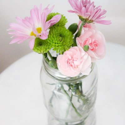 10 Minute Decorating: 5 Mason Jar Flower Arrangements perfect for Spring