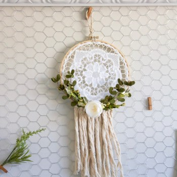 Farmhouse Style Dreamcatcher | www.makingitinthemountains.com
