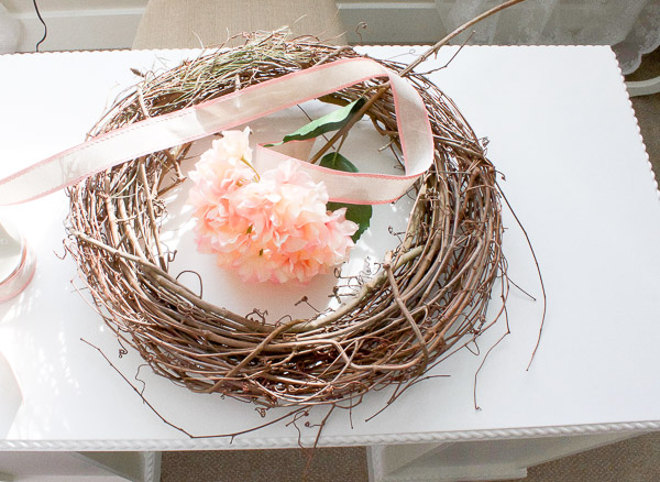This Spring wreath is so simple to make, you can whip it up in just 5 Minutes! | www.makingitinthemountains.com