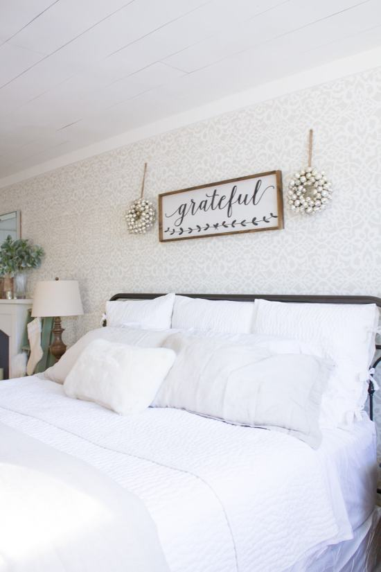 A cozy farmhouse Christmas master bedroom... www.makingitinthemountains.com