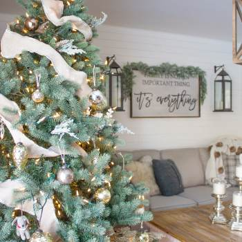 This farmhouse Christmas family room looks SO cozy and inviting! What a lovely space to spend the holidays! | www.makingitinthemountains.com