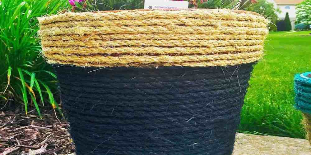 Rope wrapped and painted DIY planters. Perfect easy DIY to kick off summer. Can be customized with any color to compliment your garden area. Makes a great DIY gift.