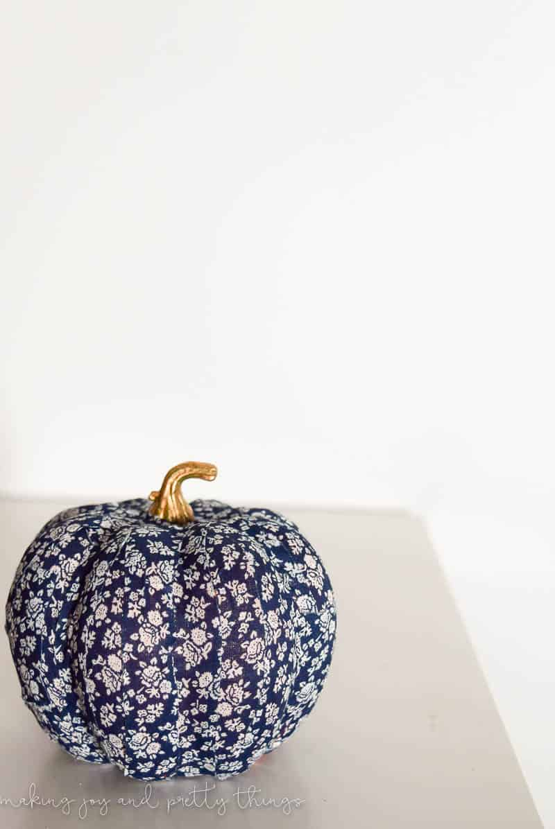 These fabric wash tape pumpkins are the perfect place setting for your fall-themed dinner party or Thanksgiving dinner.