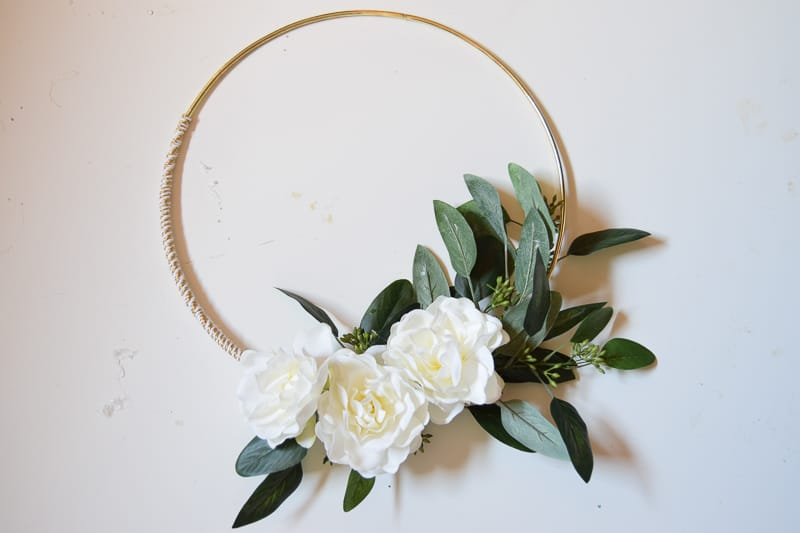 diy minimalist gold and white winter wreath | Diy Christmas decorations | diy Christmas decor | diy Christmas wreath | diy Christmas wreaths easy | diy Christmas wreaths for front door | diy winter wreath | diy winter decor | minimalist wreath | winter wreath diy | winter wreaths for front door | diy projects | crafts