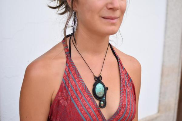 Collar original de macramé con piedra natural