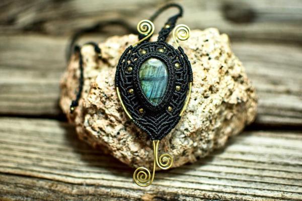 Collar de macrame y bronce con piedra Labradorita