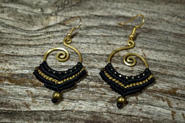 Pendientes de bronce y macramé con espirales