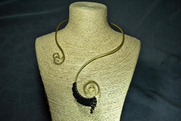 Gargantilla de bronce y macrame negra
