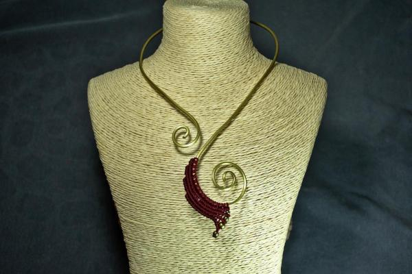 Gargantilla de bronce y macrame roja