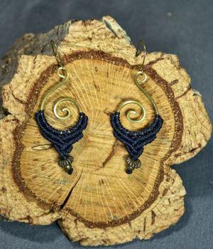 Pendientes de macrame y bronce en espiral