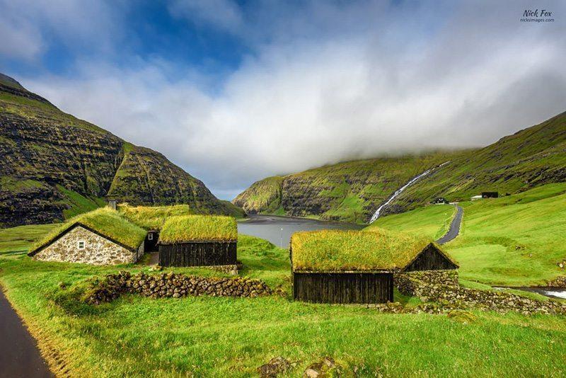 Saksun-Köyü,-Streymoy,-Faroe-Adaları Çatısında Doğa Barındıran Evlerin Diyarı!