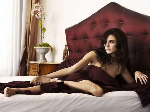 gal-gadot-on-bed