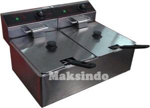 menggoreng makanan dengan mesin penggoreng