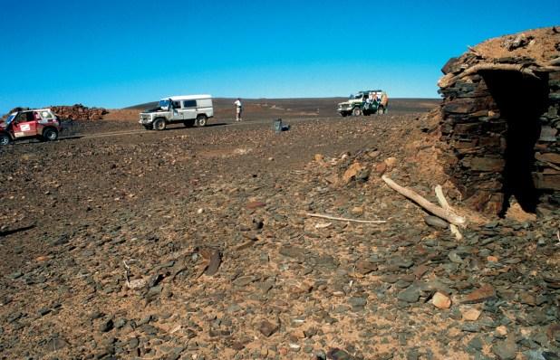 En la pista que se desarrollaba por la frontera con Argelia encontramos lo que parecía un puesto de observación militar junto al que encontramos restos, muy oxidados y antiguos, de material militar.