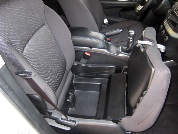 Detalles no le faltan al vehículo, como por ejemplo un espacio porta objetos bajo el asiento del copiloto.