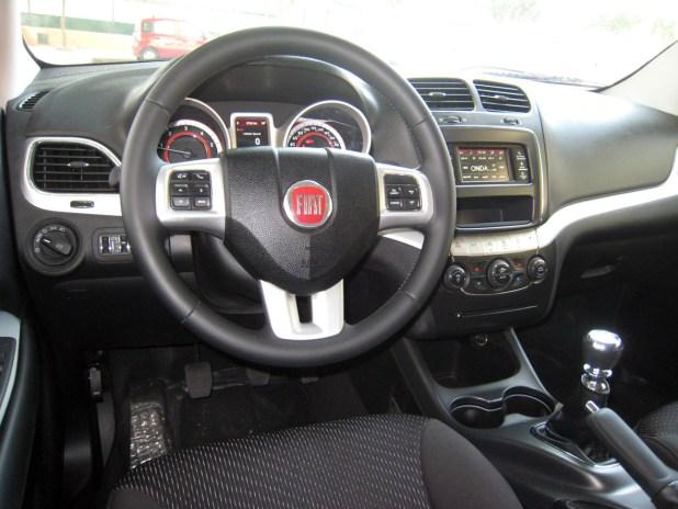 El interior del vehículo presenta un buen acabado, con materiales de calidad y bien insonorizado, muy amplio y con un gran equipamiento.