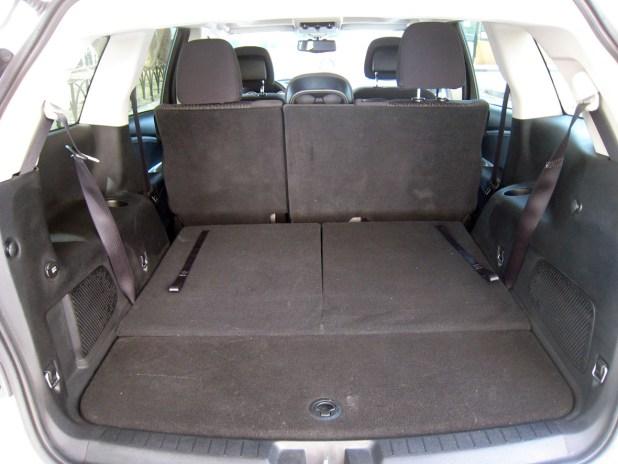 En la disposición de cinco plazas los dos asientos traseros quedan ocultos bajo el piso del vehículo teniendo una gran capacidad de carga.