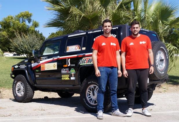 Óscar Guerreo y Alejandro Moreno junto al Hummer H2,