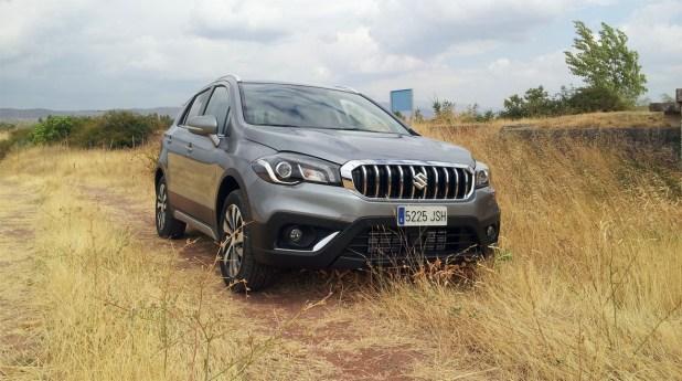 Su altura libre al suelo, y el sistema de tracción 4WD le permite circular por pistas y carriles.