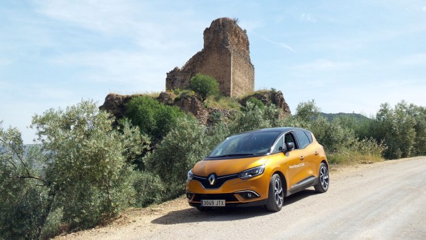 Nuevo Renault Scenic junto a los restos de una fortificación.