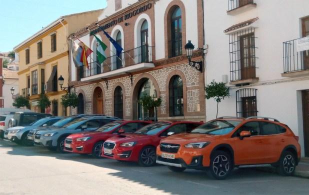 Gama Subaru junto al Ayuntamiento de Riogordo.