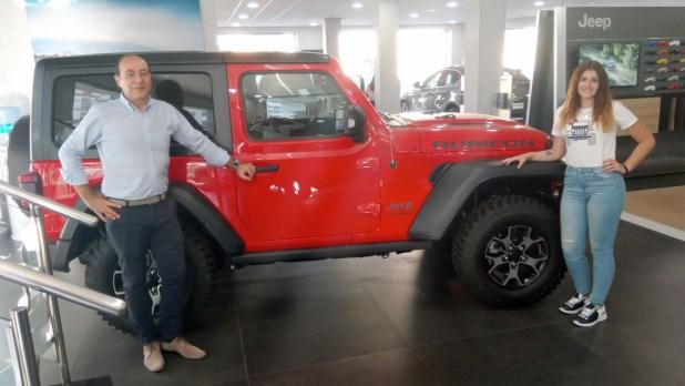 Francisco Llamas y Vanesa Gutiérrez junto al nuevo Jeep Wrangler.