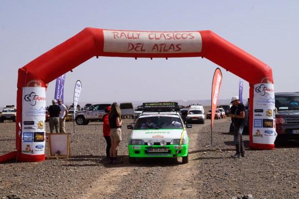 El paso por el arco oficial de salida marcaba el inicio de cada etapa.
