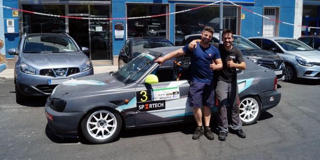 Los hermanos Francisco Manuel y Javier Agüera junto al vehículo de competición.