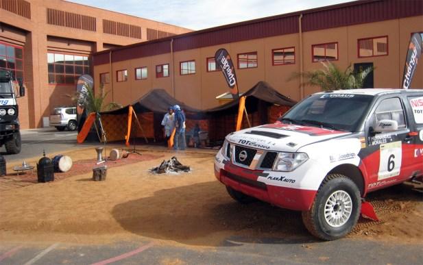 Vehículos de competición junto a la carpa marroquí donde un grupo folclórico actuó para los asistentes al Salón del Automóvil de Armilla 2009.