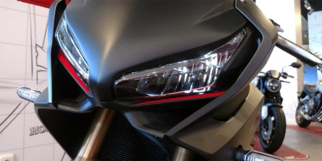 El frontal de la Honda CBR650R deja claro su espíritu deportivo y de altas prestaciones.