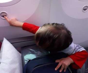 viajar con niños en avión incluye que lo tocarán todo