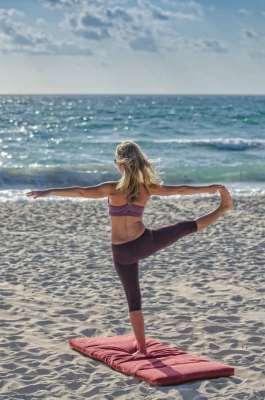 Practicando yoga en la playa