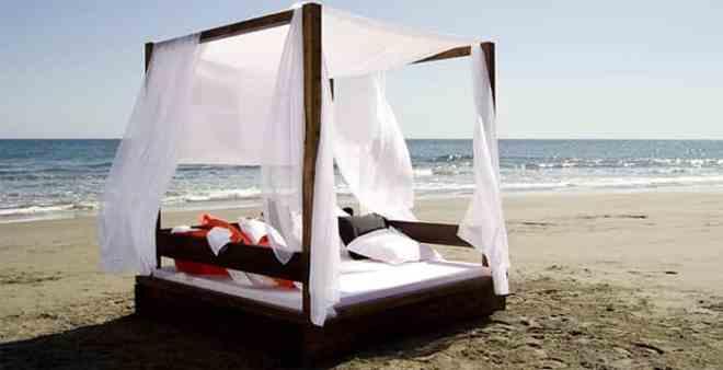 Cama balinesa en la playa