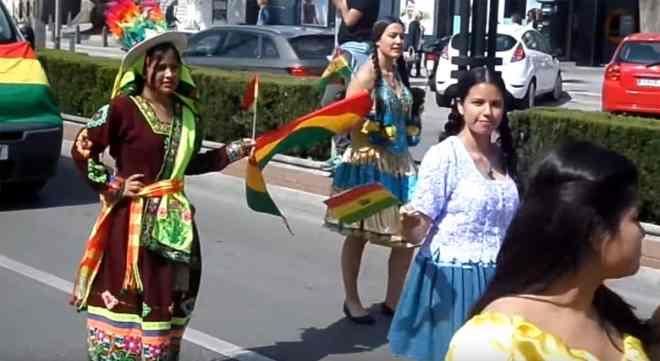 Desfile de diferentes países en Fuengirola