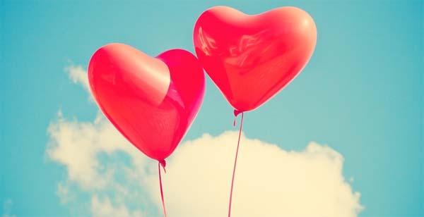 Regalar globos con forma de corazón en San Valentín