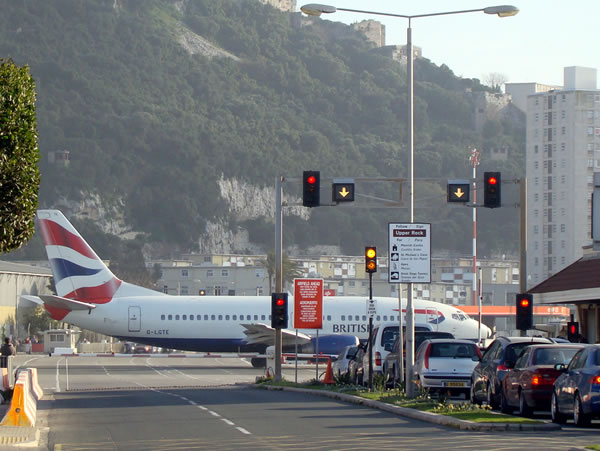 Avión aterrizando en Gibraltar