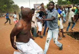 people fighting a battle of knives (photo file)